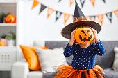ハロウィーンの魔女衣装で幸せな子供女の子