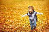 幸せな子供の遊びパイロットアビエイター屋外の秋