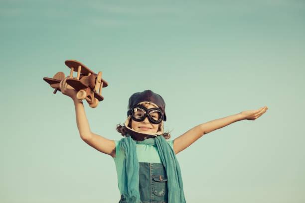 Glückliches Kind spielen mit Holzspielzeug Flugzeug – Foto