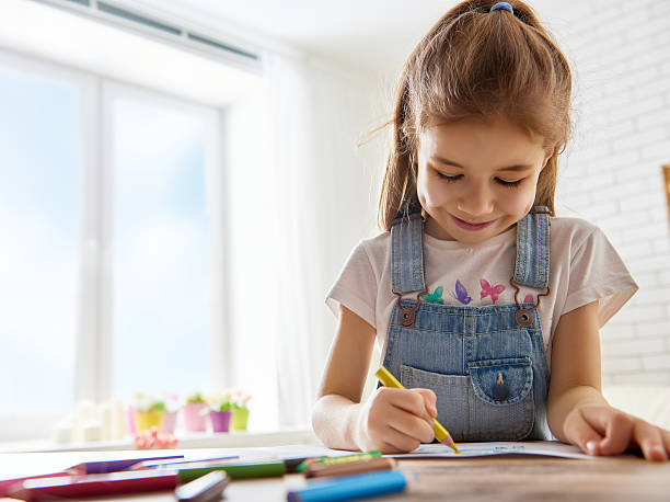 glückliches kind spielt - zeichnen lernen mit bleistift stock-fotos und bilder