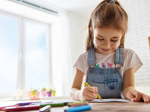 happy child plays - kids drawing 個照片及圖片檔