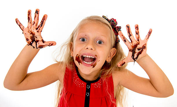 criança feliz com mãos sujas com manchas de xarope de chocolate - boca suja imagens e fotografias de stock