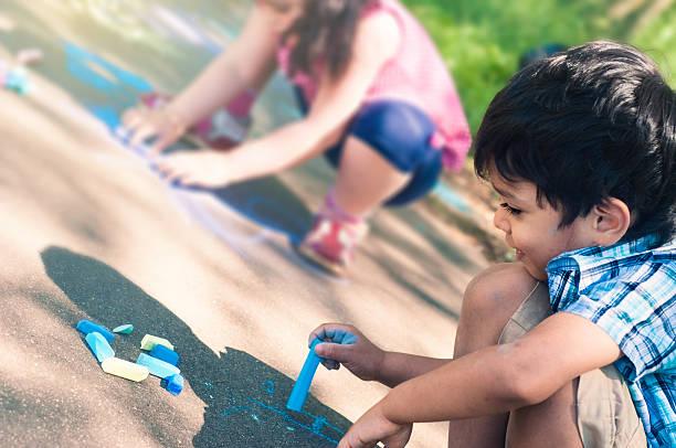 Glückliche Kinder, die Bowlingbahn. – Foto