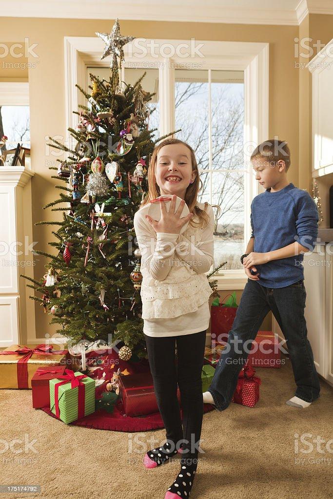 Regali Di Natale Per Bambini Di 10 Anni Femmine.Bambini Famiglia Felice Decorazione Albero Di Natale Con Regali