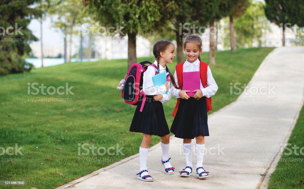 Crianças felizes namorada colegial estudante ensino fundamental - foto de acervo