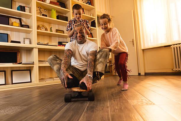 glückliche kinder spaß haben und spielen mit ihrem vater, kontakt zu haben. - lausbub tattoo stock-fotos und bilder