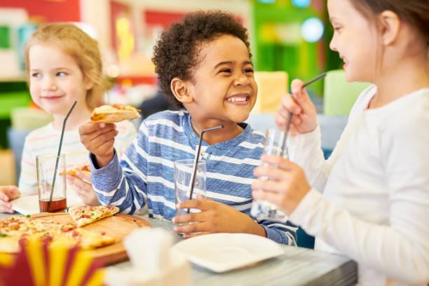 crianças felizes na pizzaria - comendo - fotografias e filmes do acervo