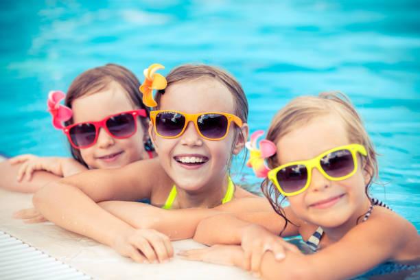 Glückliche Kinder im Schwimmbad – Foto