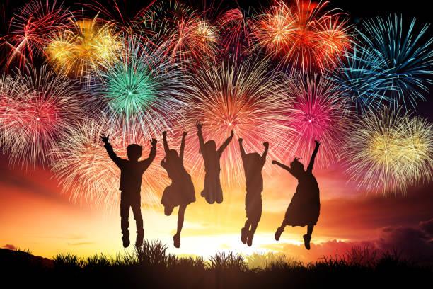 happy children jumping and watching the fireworks - family 4th of july zdjęcia i obrazy z banku zdjęć