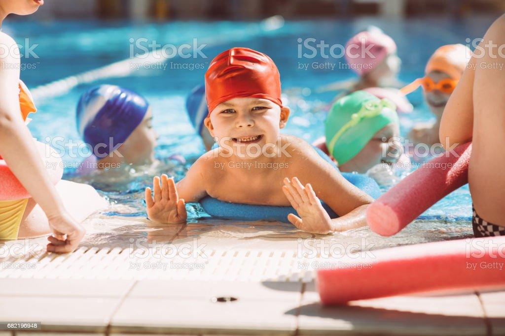mutlu çocuk çocuk grubu yüzmeyi öğrenme yüzme havuzu sınıfı stok fotoğrafı