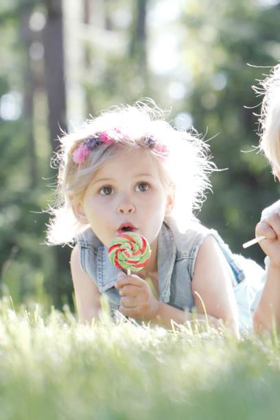 Glückliche Kinder mit Lollipops – Foto