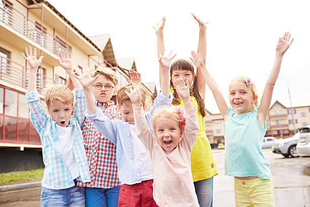 glückliche children's day - sommerfest kindergarten stock-fotos und bilder