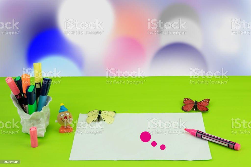 Glad barnens dag. Arbetsplatsen från barn målar hans mor en bild och några leksaker över ljusa bokeh bakgrund. Utrymme för din design. - Royaltyfri Barndom Bildbanksbilder