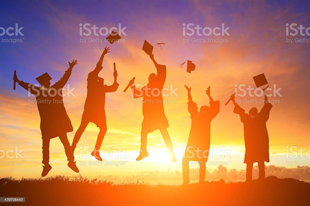 Glücklich college-Absolventen Studenten springen – Foto