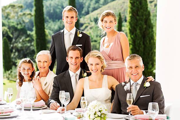 glückliches paar und gäste für hochzeitsempfang - bräutigam tisch stock-fotos und bilder