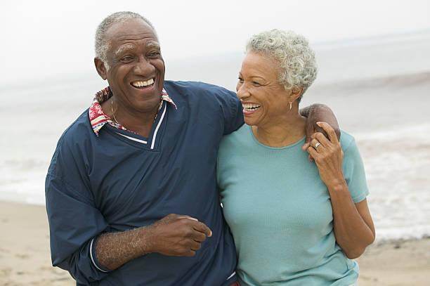 happy couple at beach - 50 59 jaar stockfoto's en -beelden