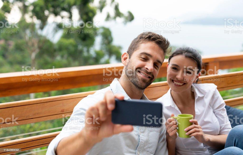 Feliz Pareja En Casa Tomando Un Selfie Con Un Teléfono