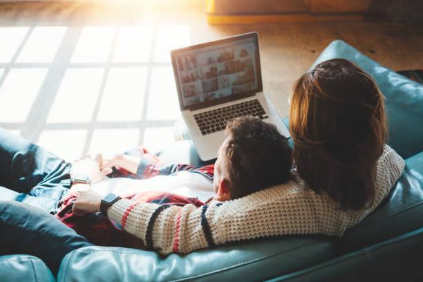 Glückliches Paar zu Hause beobachten TV-Serie – Foto