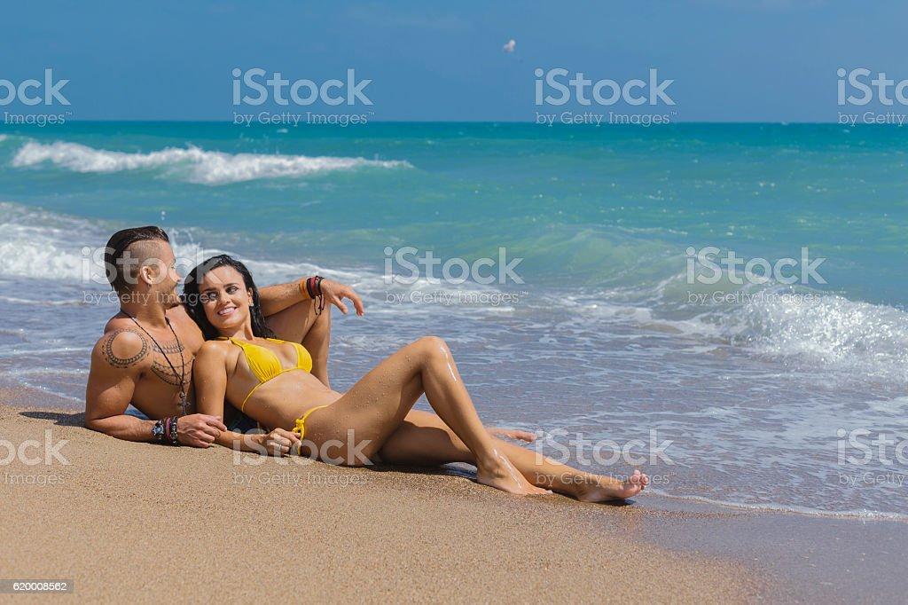 Szczęśliwa para na plaży zbiór zdjęć royalty-free