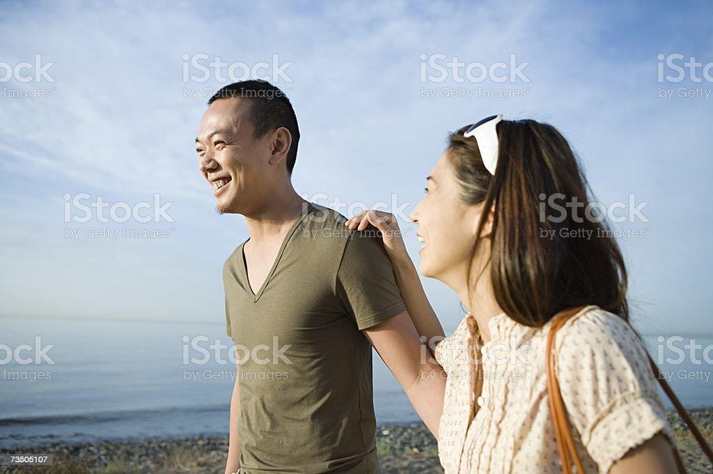 Feliz pareja en la playa foto de stock libre de derechos