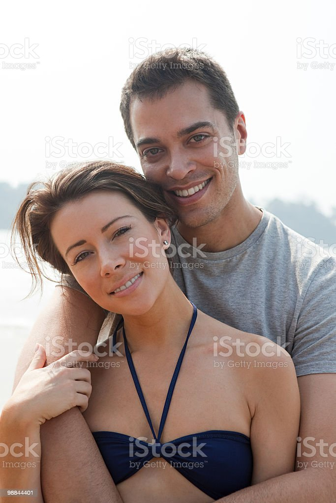 Casal feliz no mar foto royalty-free