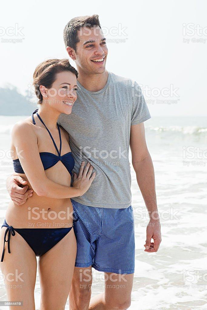 Feliz pareja en el mar foto de stock libre de derechos
