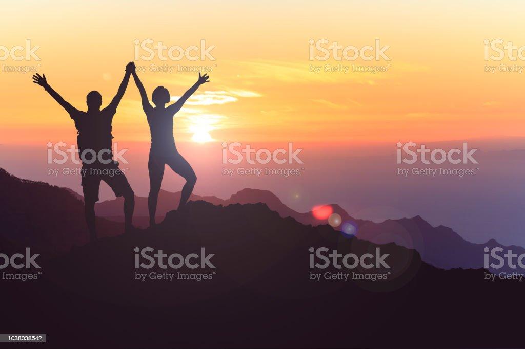 Glückliches Paar zu feiern, Lebensziel und Erfolg zu erreichen – Foto