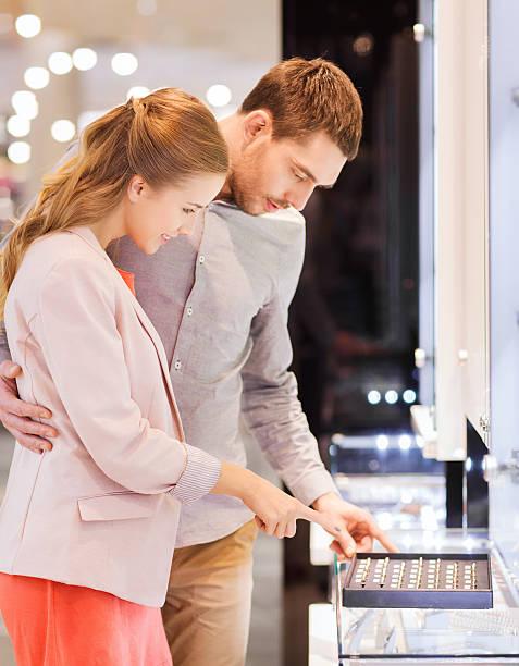 glückliches paar sie verlobungsring in mall - diamanten kaufen stock-fotos und bilder