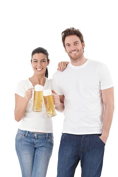 Feliz pareja clinking Gafas sonriente - foto de stock