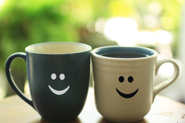 feliz taza de pareja con sonrisas. - happy couple sharing a cup of coffee fotografías e imágenes de stock