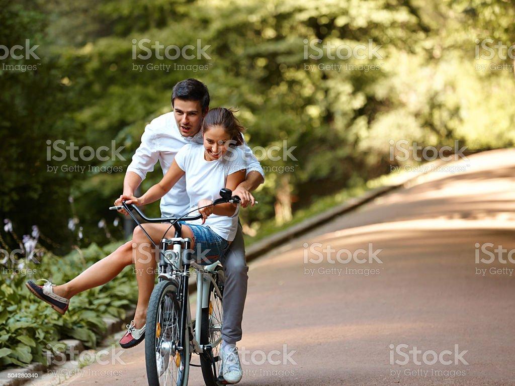 Glückliches Paar Radfahren in der Sommer-park – Foto