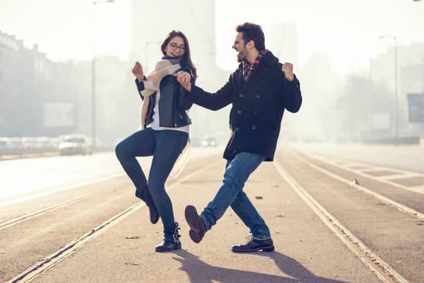 lyckligt par dansar på järnvägen spårar - street dance bildbanksfoton och bilder