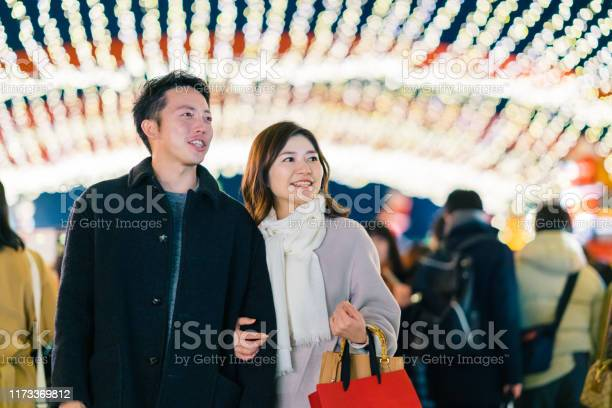 Happy couple dating at night picture id1173369812?b=1&k=6&m=1173369812&s=612x612&h=nh1bsw2u5po6gdyf2gbcsscsttnirxs0st e  zuyiq=