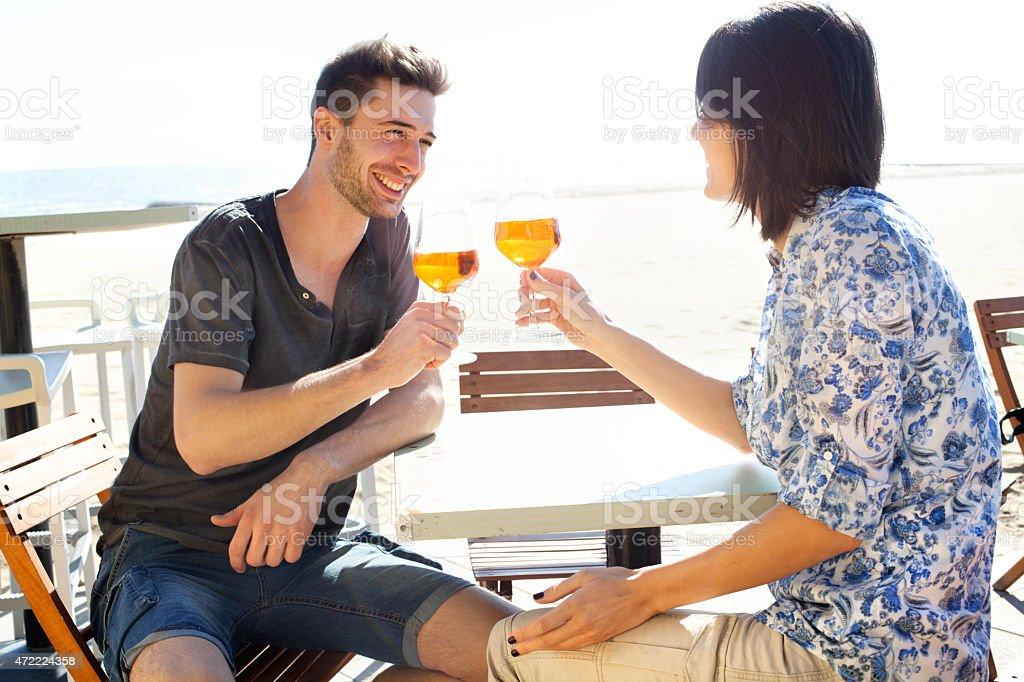 Coppia felice bere un profumo del mare - foto stock