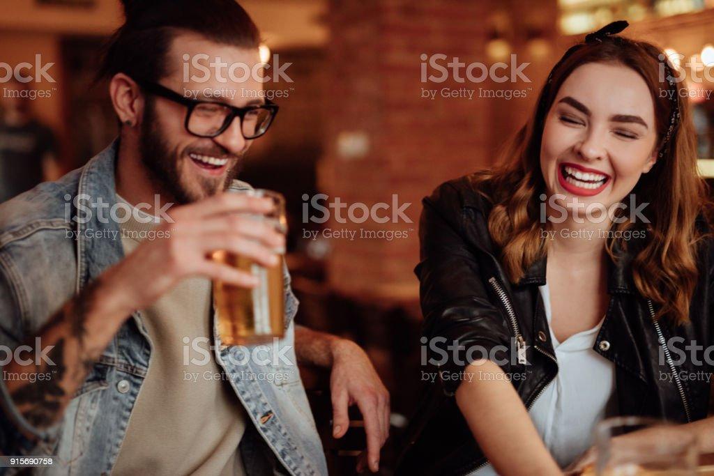 Glückliches paar Bier trinken und lächelnd – Foto