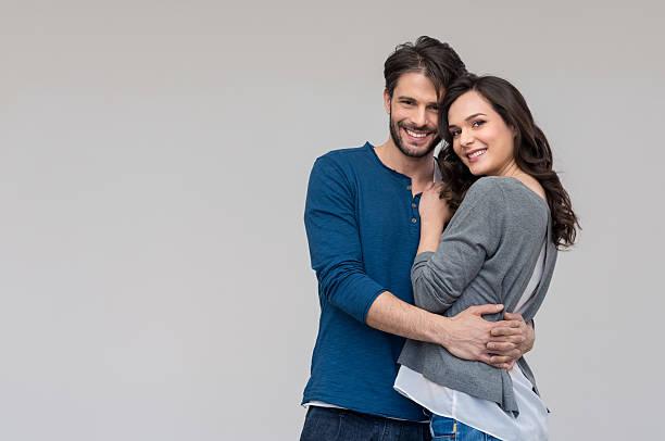 happy couple embracing - mid volwassen koppel stockfoto's en -beelden