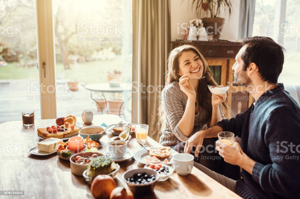 happy couple enjoying breakfast together - Royalty-free 25-29 Years Stock Photo