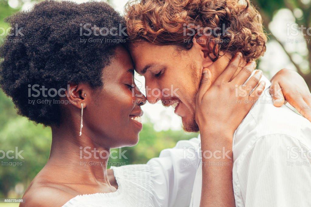 Appréciant le silence et leur amour l'heureux couple - Photo