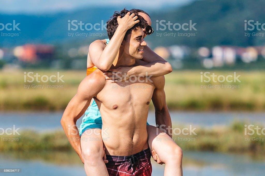 Feliz pareja disfrutando del sol de verano foto de stock libre de derechos