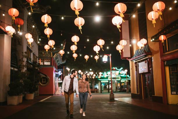 gelukkig paar verkennen chinatown in het centrum van los angeles 's nachts - chinatown stockfoto's en -beelden