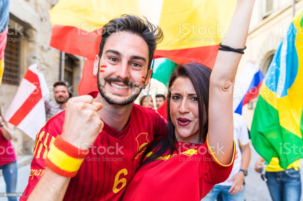 Happy couple fans supporters from Spain - foto stock