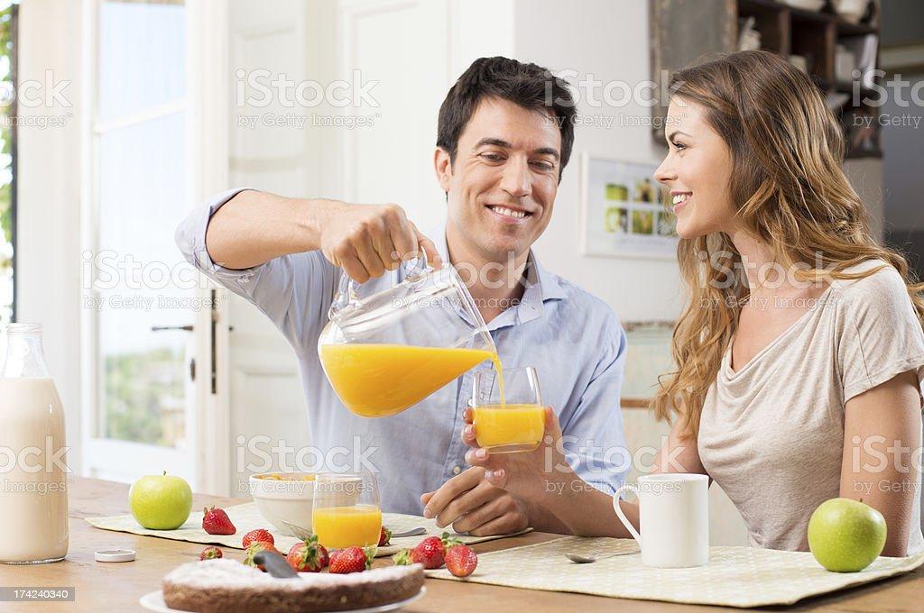 Heureux Couple prenant le petit déjeuner - Photo