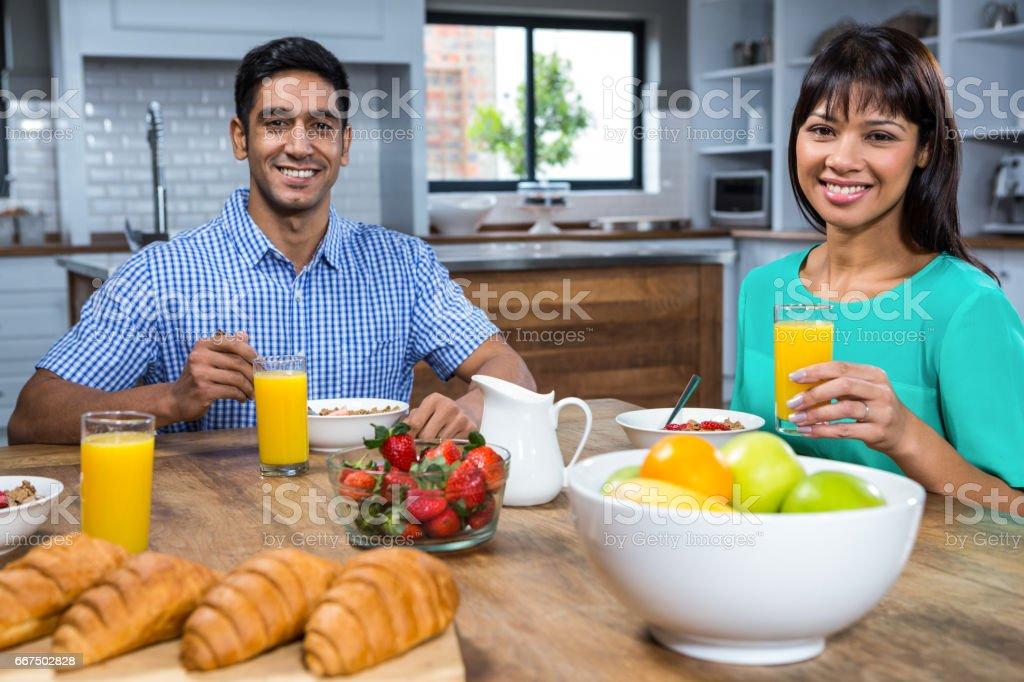 Happy couple having breakfast foto stock royalty-free
