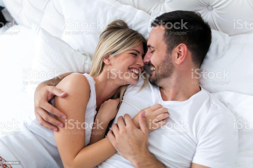 Brautpaar mit romantischen Zeiten in Schlafzimmer – Foto