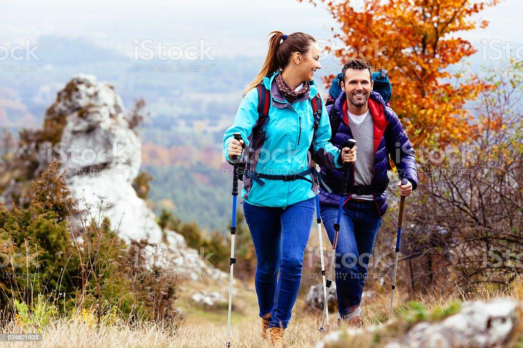 Feliz casal caminhadas - foto de acervo