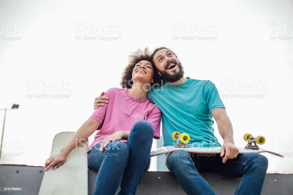 Glückliches Paar holding Skateboards und umarmt im park - Lizenzfrei Afro-Amerikanischer Herkunft Stock-Foto