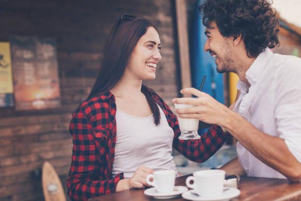 Couple heureux à la cafétéria - Photo