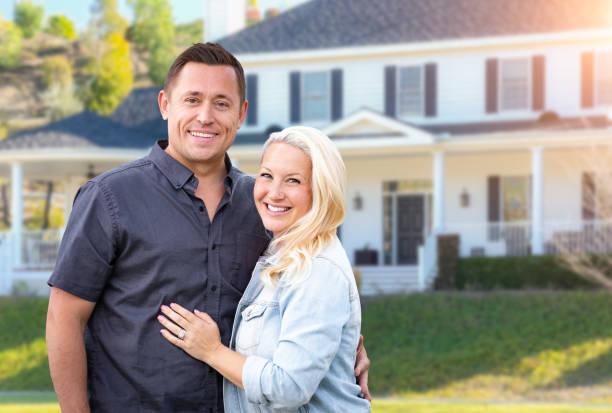 Glückliches Paar vor dem schönen Haus – Foto