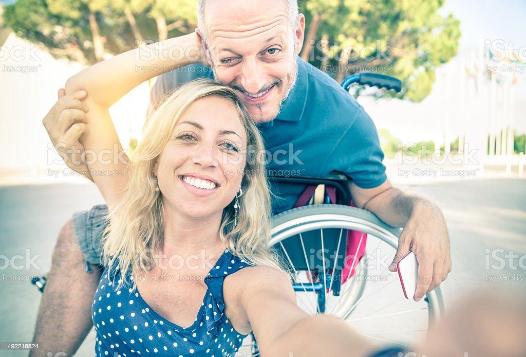 Feliz pareja en el amor tomando autofoto en fondo urbano de la ciudad - foto de stock