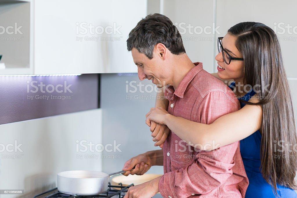 Glückliches Paar in Ihrem neuen Küche  Lizenzfreies stock-foto